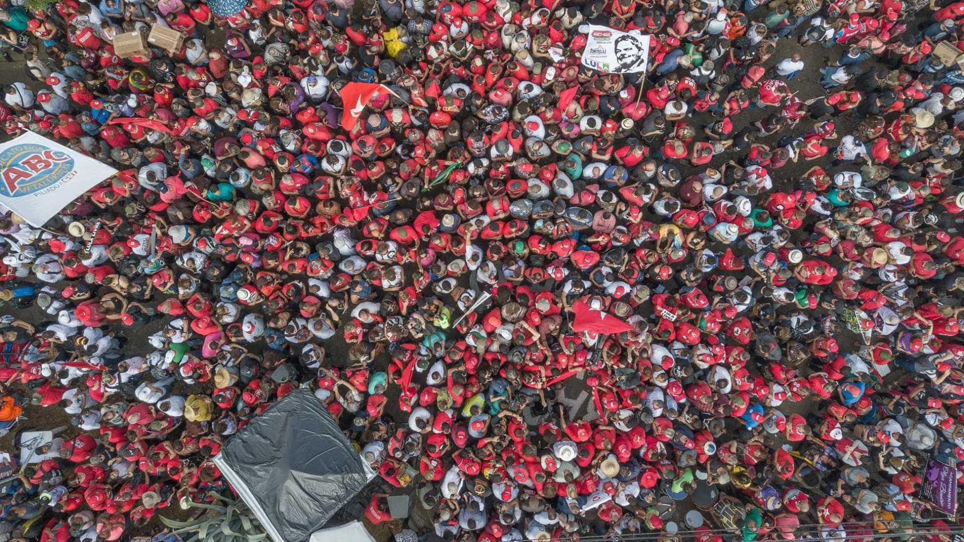 Dia do Trabalho reúne milhares de pessoas em ato pró Lula em Curitiba; Moema Gramacho marcou presença