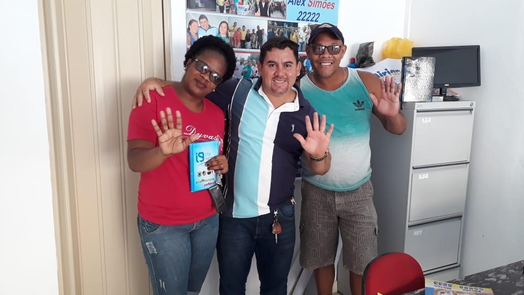 Alex Simões atendendo a comunidade nesta sexta-feira
