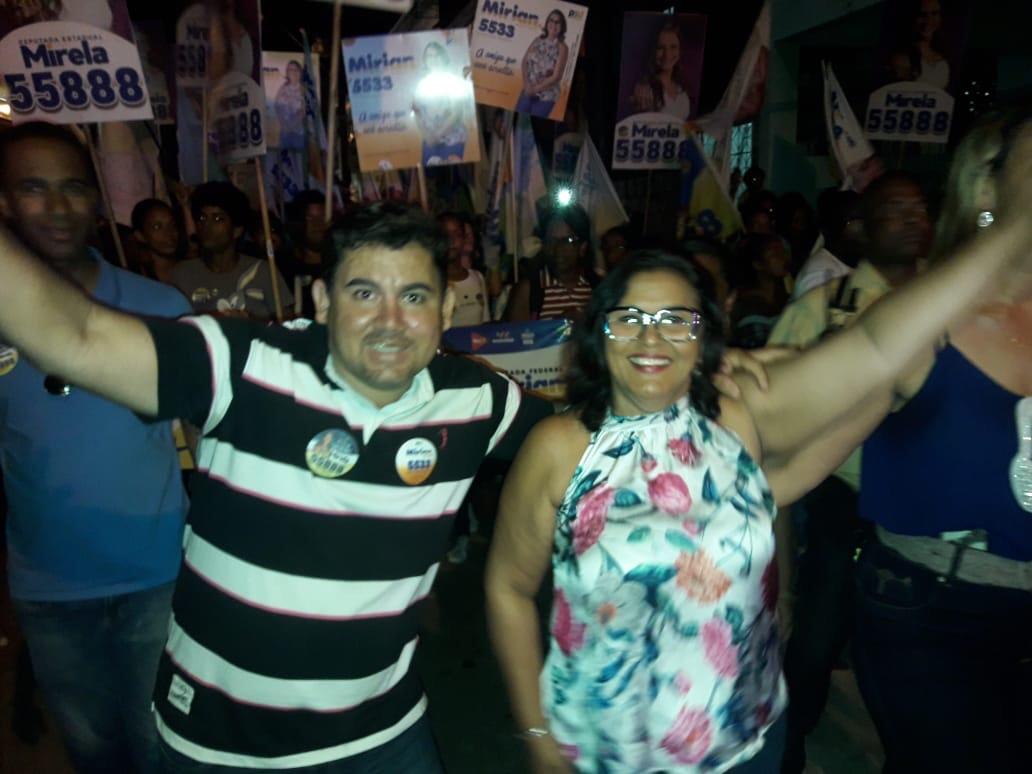 Alex Simões caminhou com Mirela e Mirian em bairros de Itinga