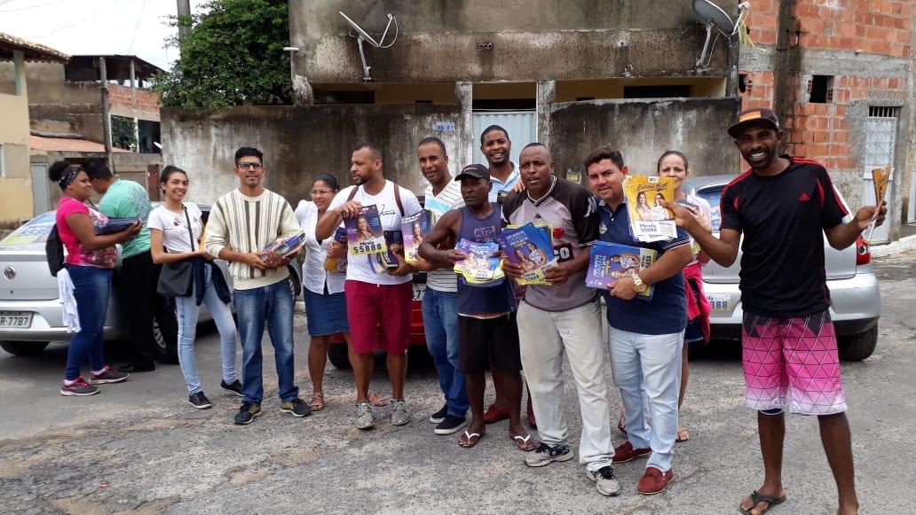 Alex Simões pedindo votos para suas candidatas nos quatro cantos de Lauro de Freitas