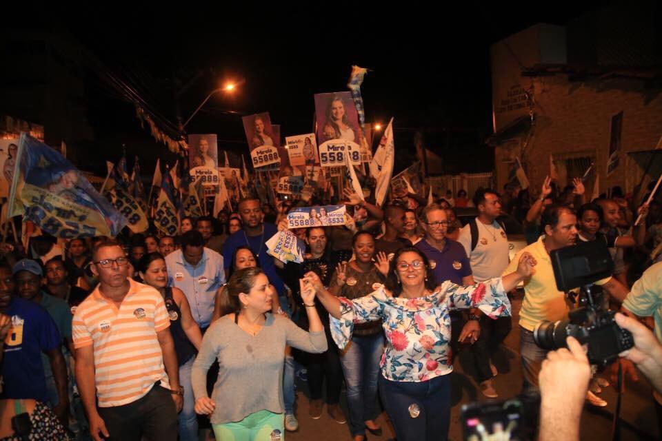 Em caminhada pelas ruas de Portão e do Centro, Mirela e Mirian arrastam uma multidão