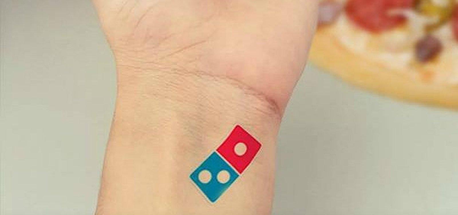 Domino's dá 100 anos de pizza grátis para quem tatuasse logo da marca