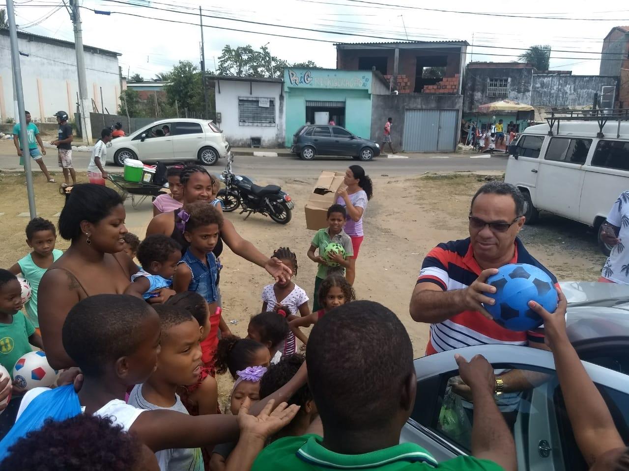 Vereador César distribui brinquedos para a criançada da Chácara Tahiti