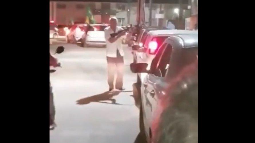 Vídeo: homem comemora vitória de Bolsonaro com arma em Minas Gerais