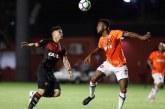 Com gol contra, Vitória perde em casa para o Atlético-PR e segue dentro do Z4