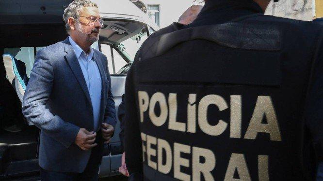 Palocci deixa a prisão e coloca tornozeleira eletrônica