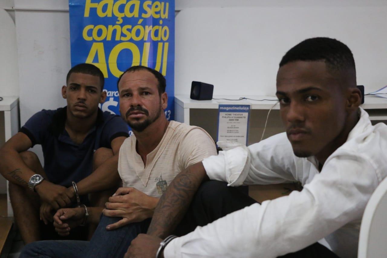 Homens assaltam e fazem reféns na Magazine Luiza de Lauro de Freitas