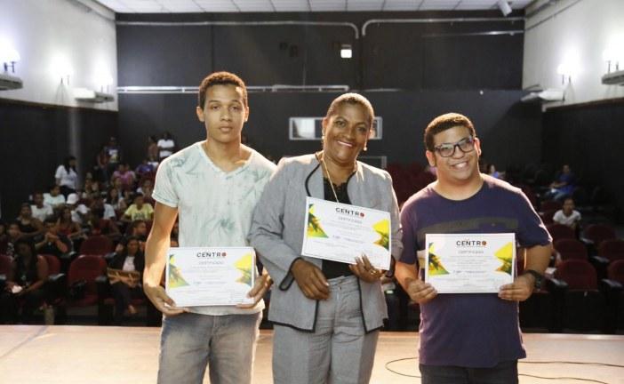 Jovens preparados para o primeiro emprego recebem certificado em Lauro de Freitas
