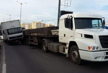 Acidente na Estrada do Coco envolvendo dois caminhões deixa via bloqueada; Settop no local