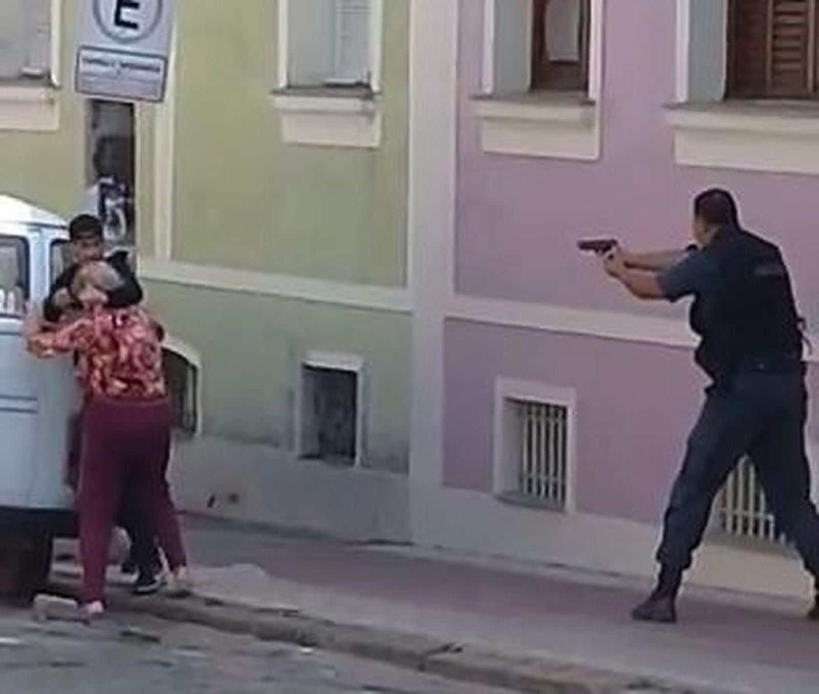 Vídeo: Policial mata bandido que estava com idosa de refém durante assalto e é aplaudido no Rio de Janeiro