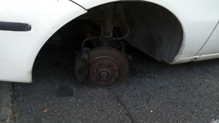 Virando moda? Cliente tem rodas de carro roubadas em estacionamento de supermercado; veja vídeo
