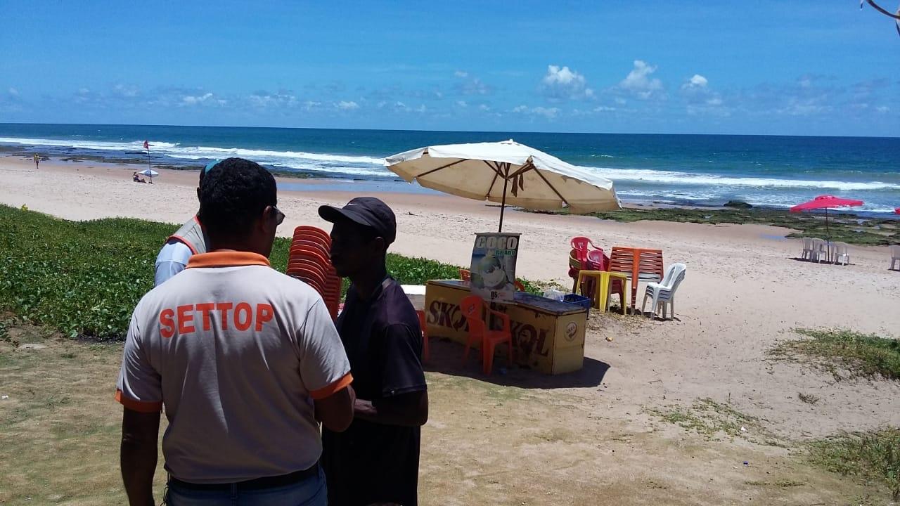 Operação conjunta da Sesp, Settop e Sedur visando coibir o comércio clandestino nas praias de Lauro de Freitas