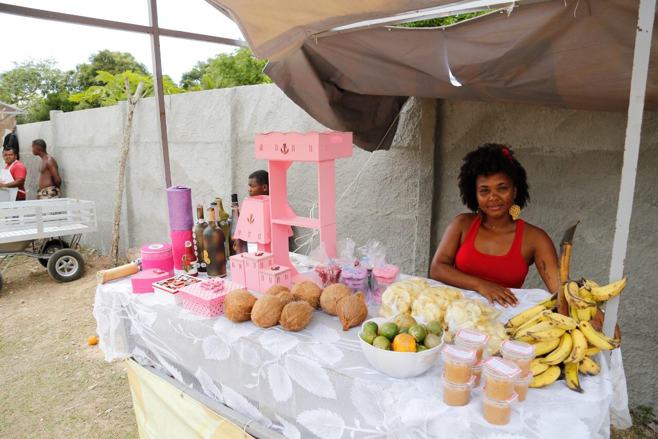 Feira de Economia Solidária movimenta e gera renda na Quingoma todo sábado