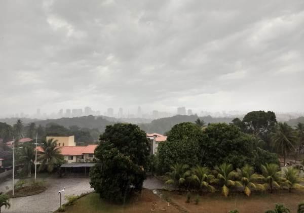 Vem água por aí! Salvador e RMS amanhecem com pancadas de chuva e céu nublado
