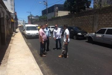 Prefeitura trabalhando! Mais uma ação da SETTOP  e SEINFRA: asfaltamento da Rua Miguel Valfredo