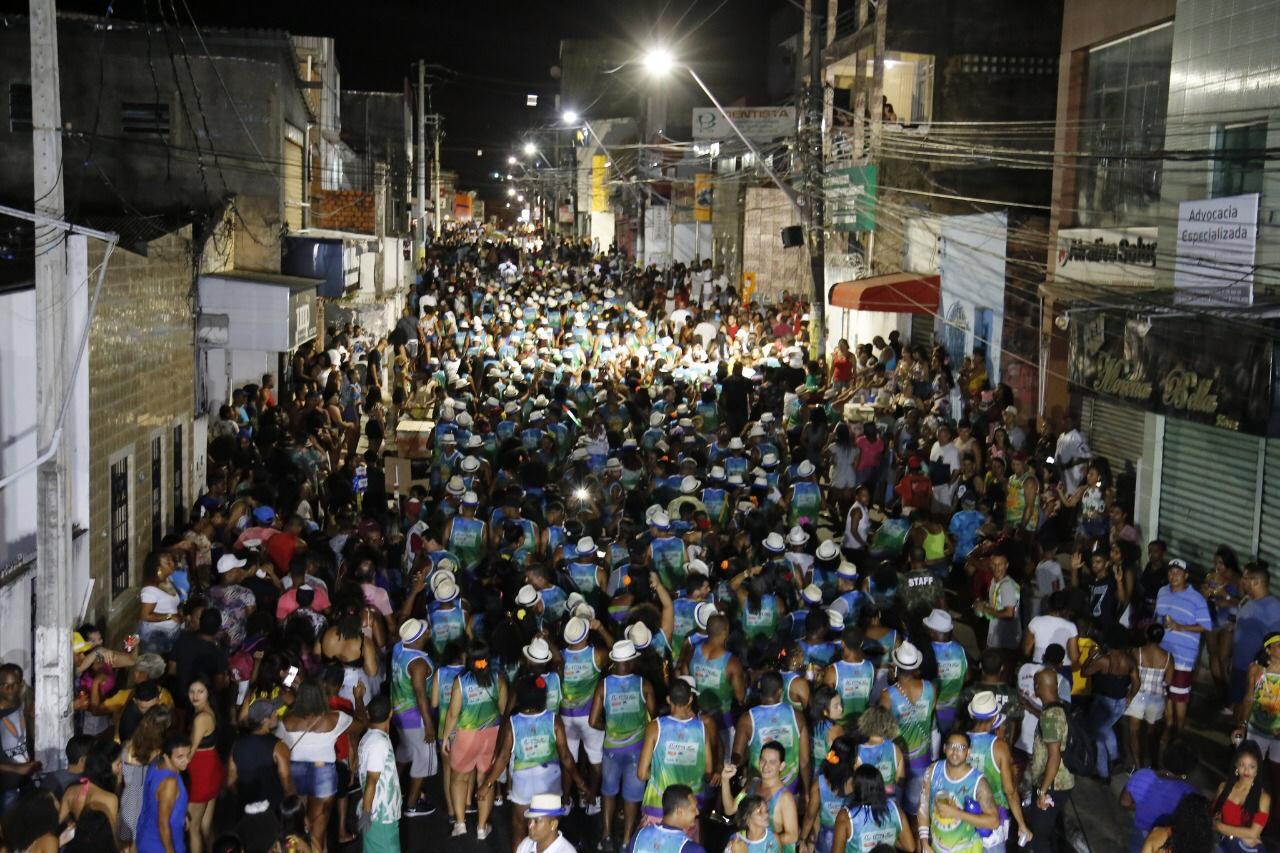Ritmo do Samba contagia público de todas as idades no último dia do Carnaval no centro de Lauro de Freitas