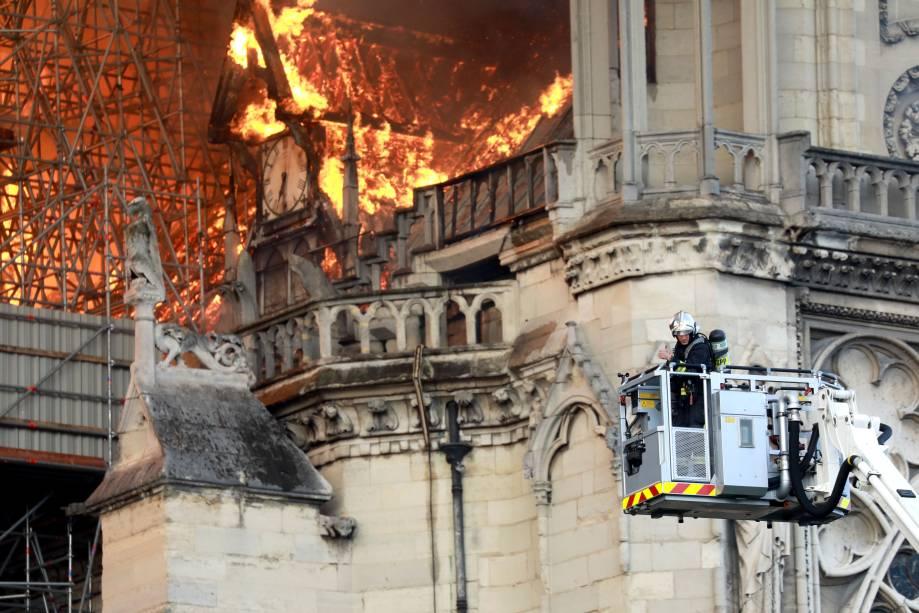 Fogo destrói coração da Notre-Dame, a catedral mais visitada do mundo