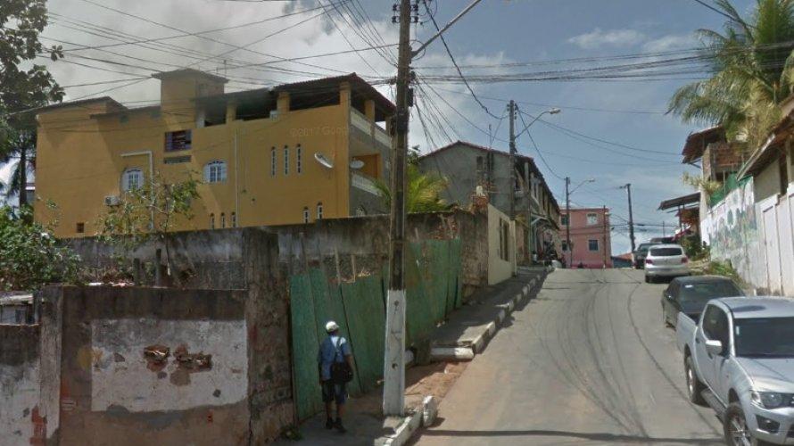 Suspeito que fugia da Polícia invade casa e faz mulher refém em Lauro de Freitas