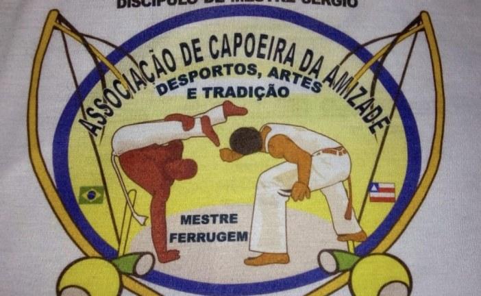 Mestre Ferrugem fazendo um belo trabalho, levando a Capoeira para a criançada nas escolas do município
