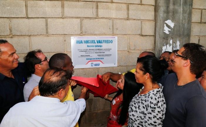 Prefeitura inaugura pavimentação de rua e facilita mobilidade no Recreio Ipitanga