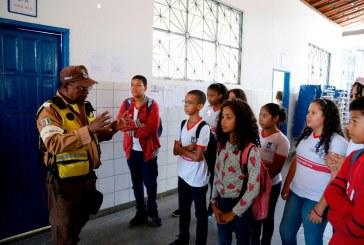Escolas municipais recebem projeto piloto de segurança para travessia de pedestres