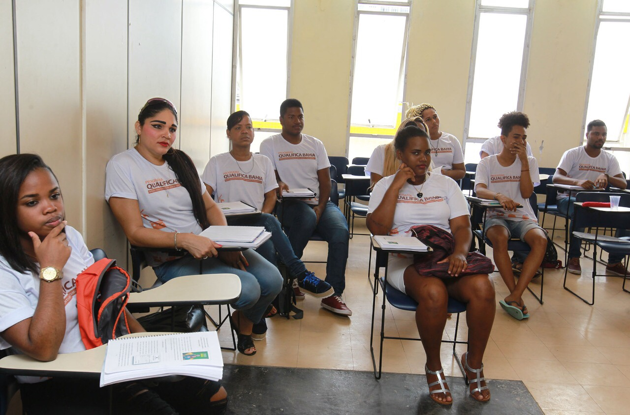 Programa Qualifica Bahia inicia cursos de cabeleireiro e corte e costura para o público LGBT+