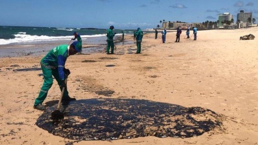 Praias do Nordeste devem ter resquícios do óleo pelos próximos 20 anos, diz pesquisador