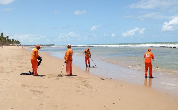 Oito toneladas de óleo foram retiradas das praias de Lauro de Freitas até esta quinta-feira