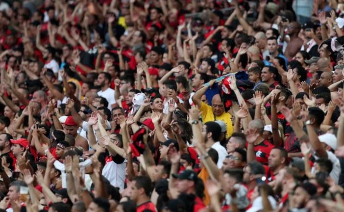 Flamengo goleia Corinthians e mantém vantagem no Brasileiro
