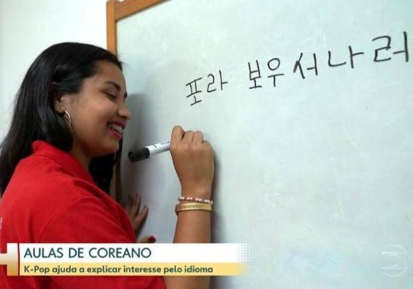 Em aparição no Jornal Hoje, aluna faz pegadinha e escreve 'Fora Bolsonaro' em coreano