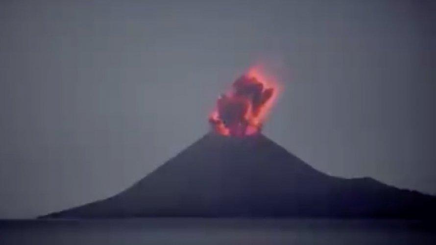 Vulcão entra em erupção na Indonésia; veja vídeo