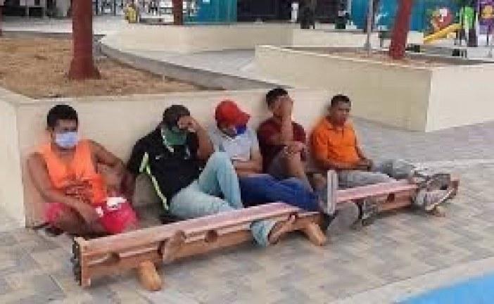 Em Tuchín, na Colômbia, quem não cumpre quarentena é preso pelos pés em um cepo