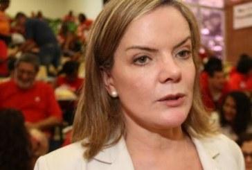 """""""Ele é tão letal quanto o vírus"""", diz Gleisi Hoffmann sobre Bolsonaro"""