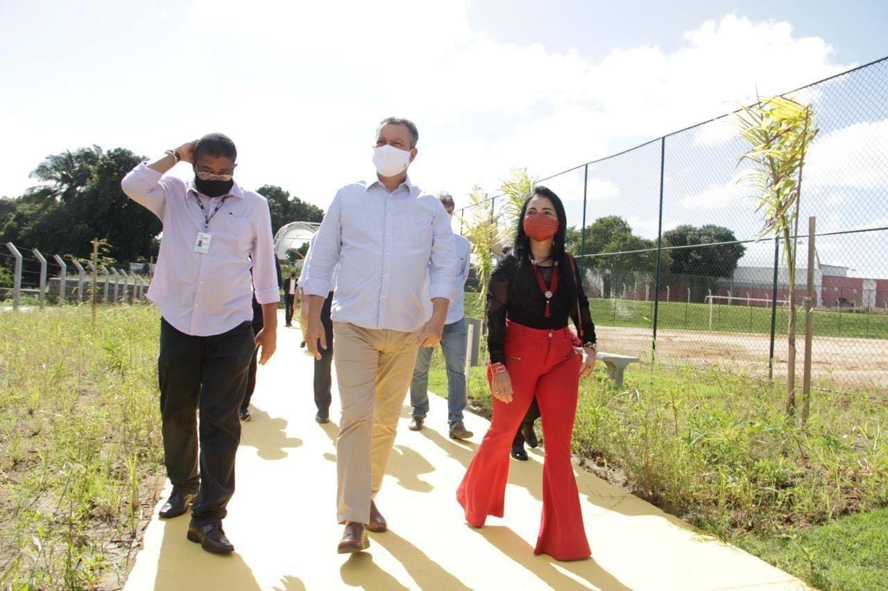Rui vistoria e entrega junto com Moema mais uma etapa concluída das obras de macrodrenagem em Lauro de Freitas