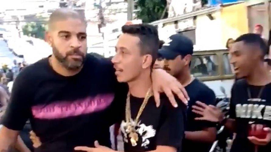 Adriano Imperador é flagrado deixando baile funk amparado por amigo; veja vídeo