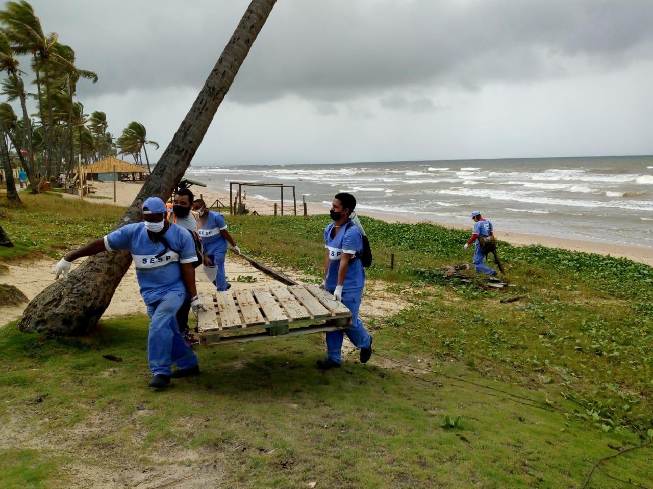 Operação Praia Slim de Lauro de Freitas intensifica a retirada de inservíveis na orla de Vilas do Atlântico