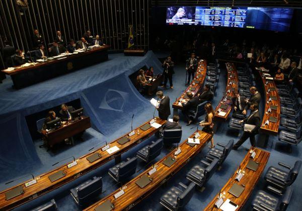 Projeto de Lei aprovado pelo Senado pode tirar R$ 242 bilhões da saúde e educação