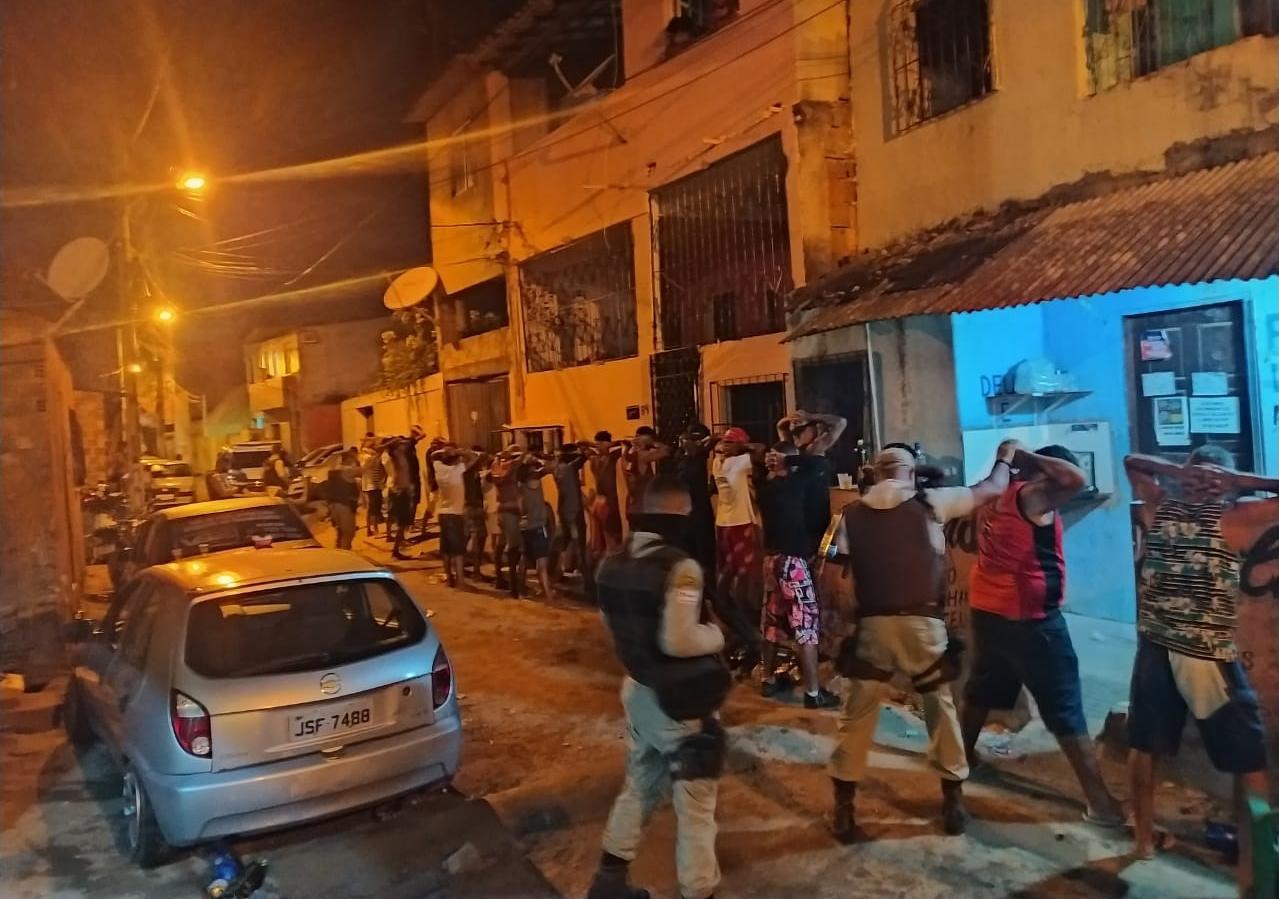 Paredão com cerca de 200 pessoas é encerrado em Lauro