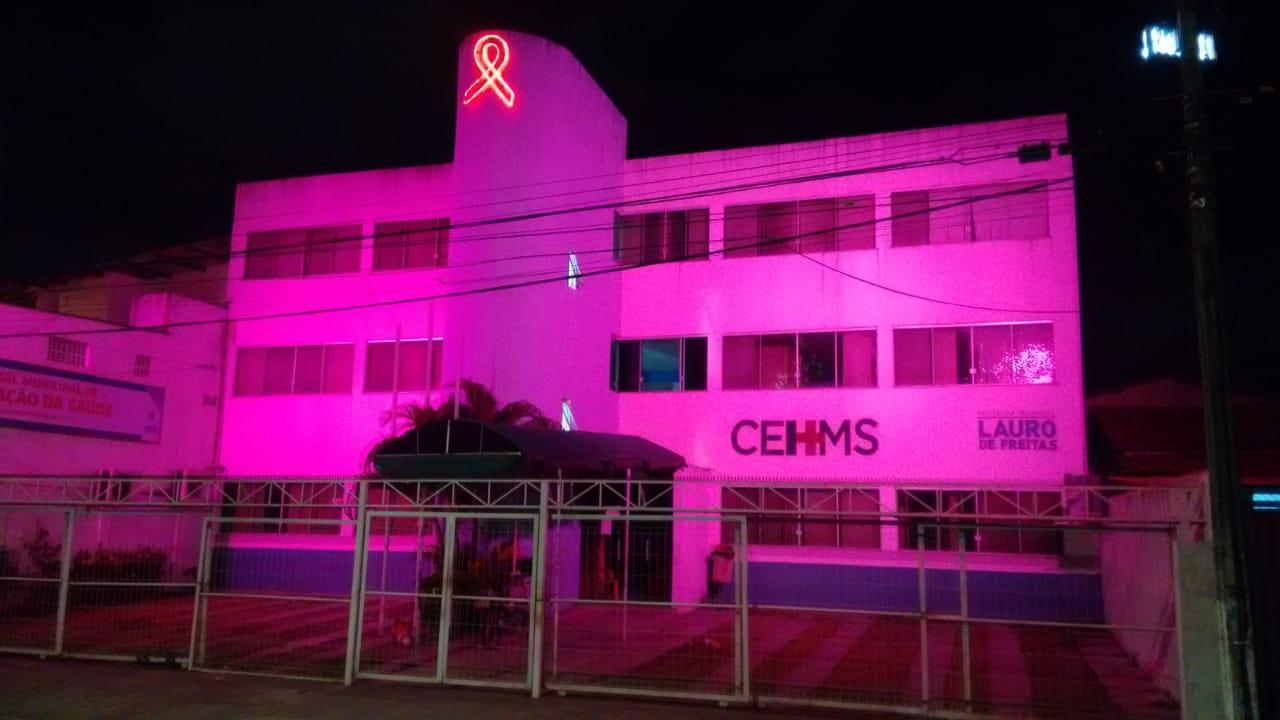 Unidades de Saúde recebem iluminação para campanha do Outubro Rosa