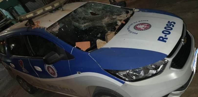 Vídeo: viatura da PM é destruída por criminosos em Vila Canária
