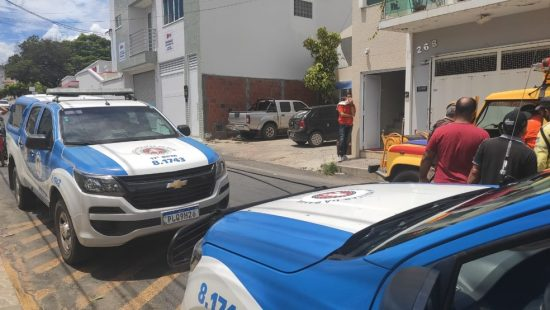 Carregador de celular explode, casa pega fogo e três pessoas ficam feridas na Bahia