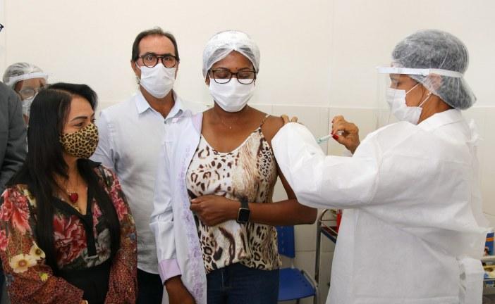 Profissionais da atenção básica são primeiros a receber doses da AstraZeneca em Lauro de Freitas