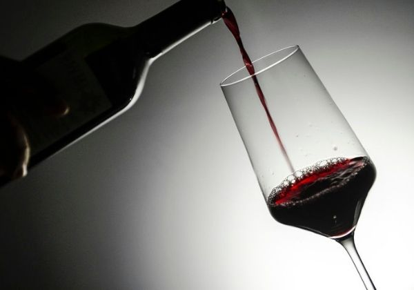 Ácido encontrado no vinho pode inibir infecção por coronavírus, diz pesquisa
