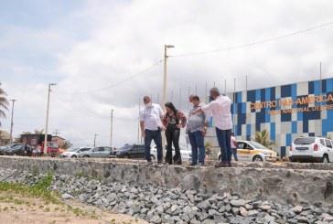 Equipe da Prefeitura visita obra de contenção da Orla de Ipitanga