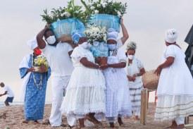 Fé e pedidos pelo fim da pandemia marcam homenagens a Iemanjá em Lauro de Freitas