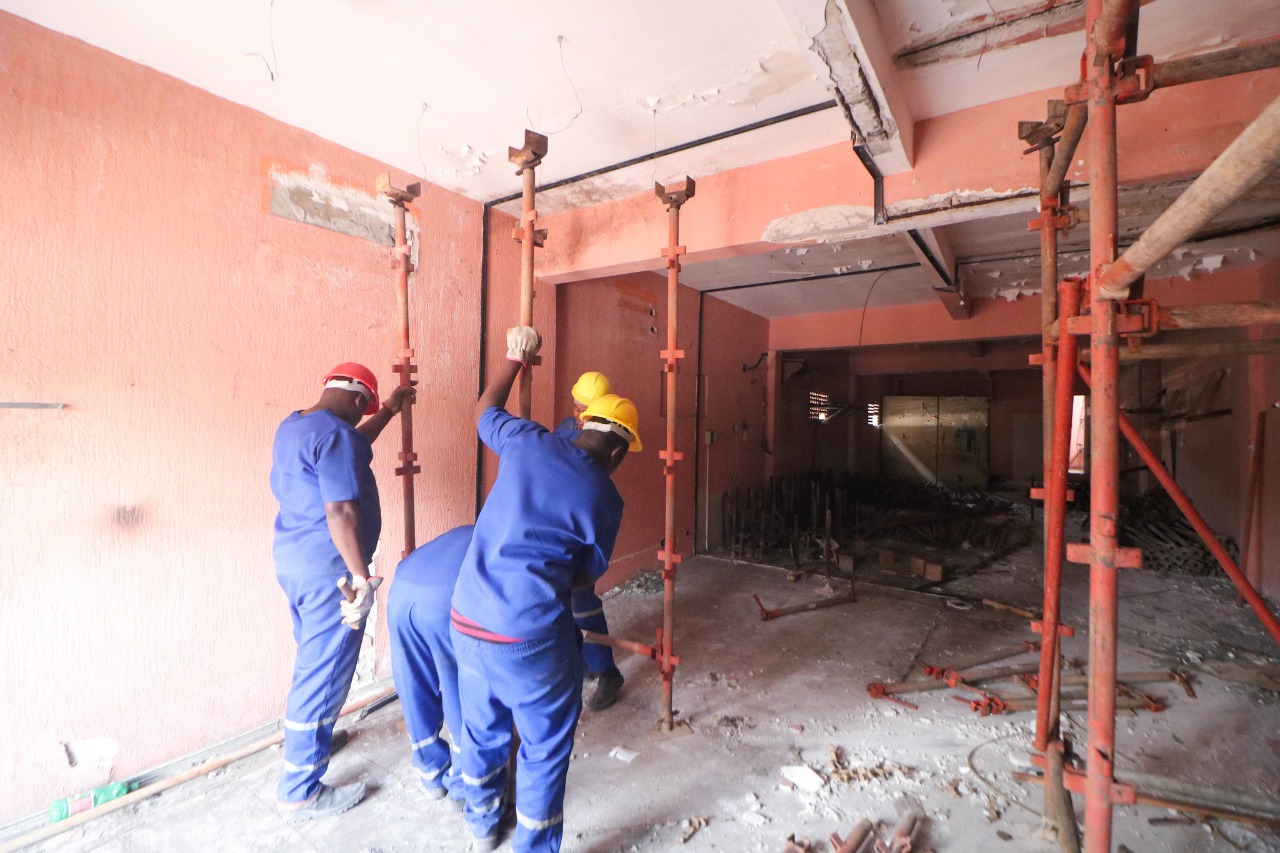Prédio no Centro com estrutura comprometida tem processo de demolição iniciado com apoio da Defesa Civil