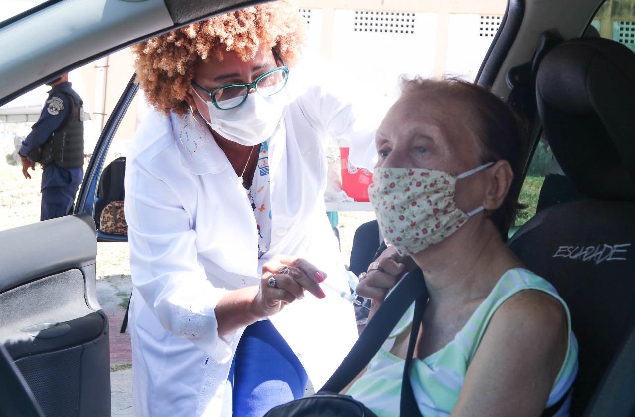 Lauro de Freitas instala ponto de vacinação em Areia Branca e inicia aplicação em idosos com 76 anos ou mais