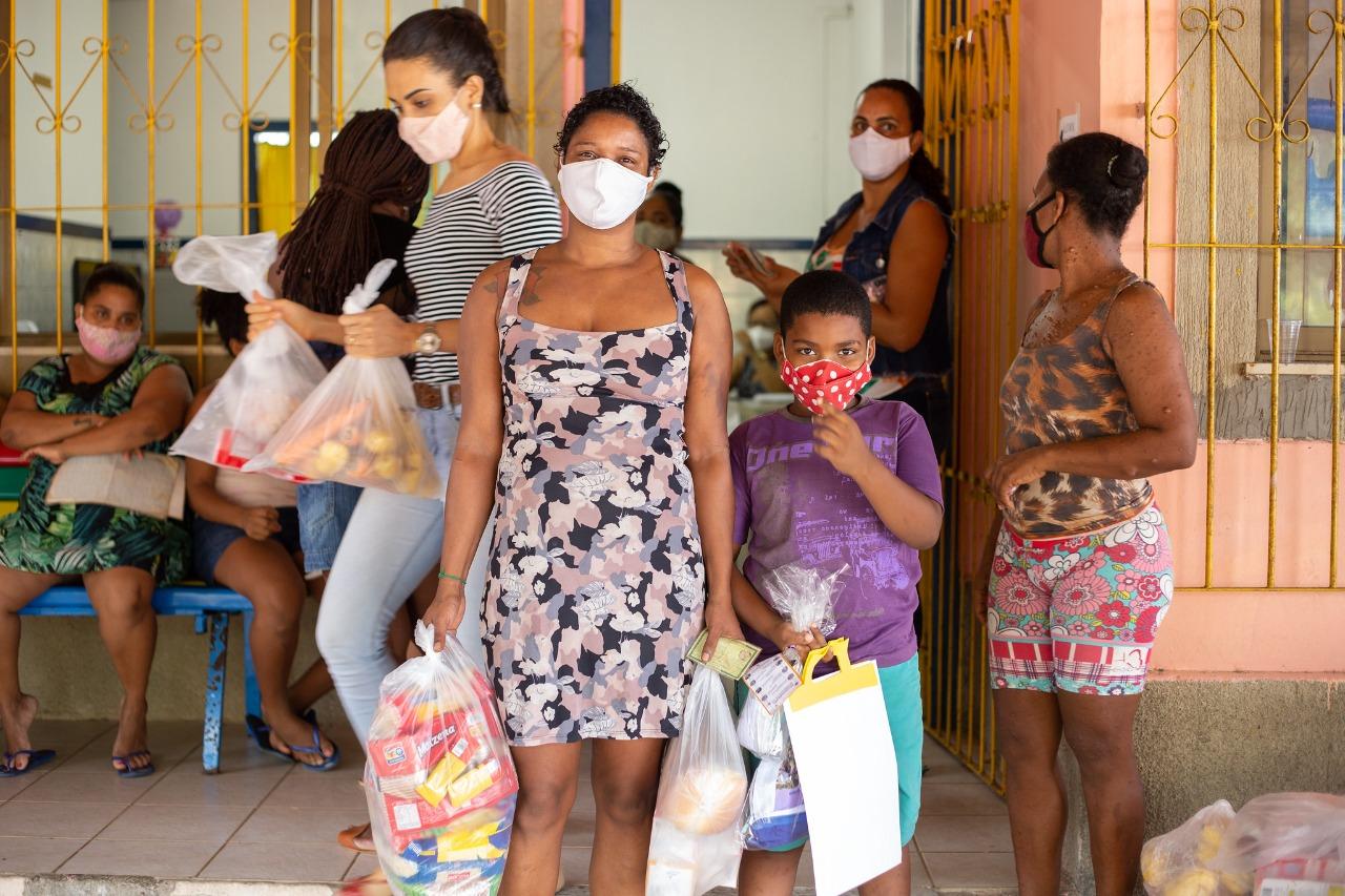 Famílias em situação de vulnerabilidade vinculadas aos CRAS de Lauro de Freitas recebem cestas básicas