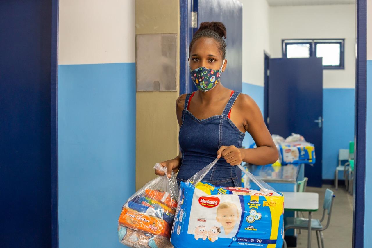 Kits alimentação voltam a ser entregues pela Prefeitura de Lauro de Freitas a estudantes da rede municipal