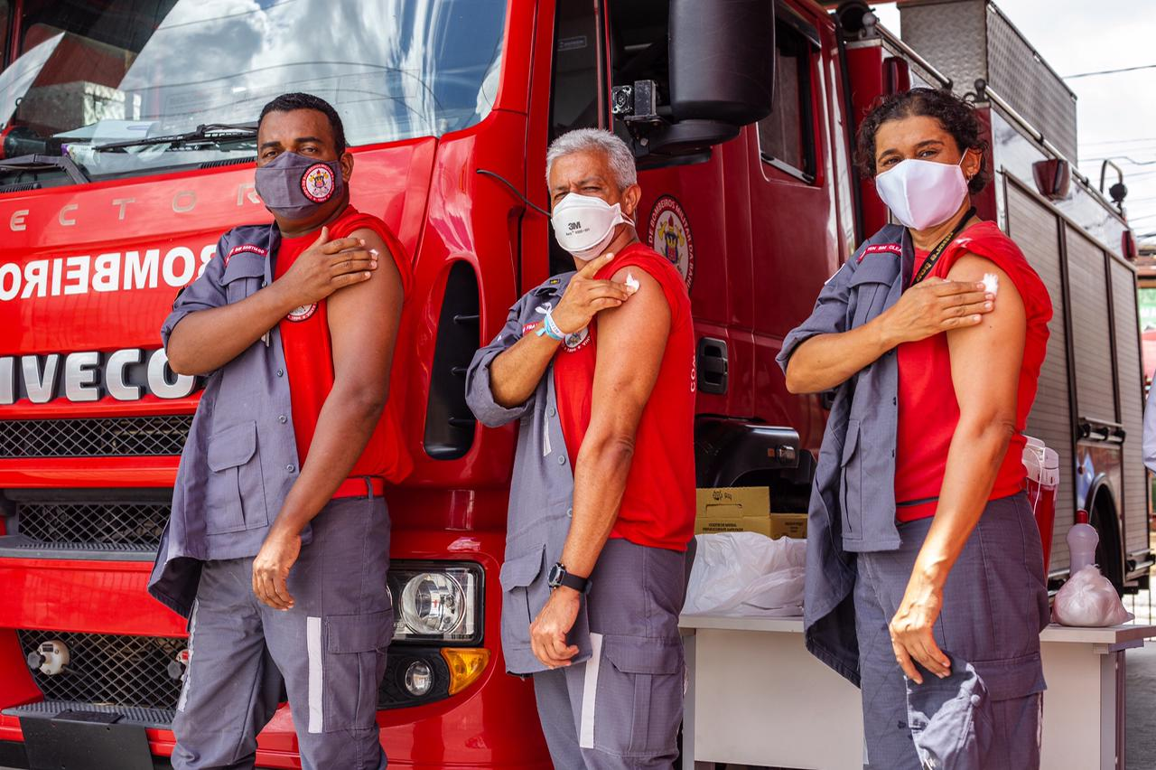 Bombeiros e profissionais de saúde são imunizados contra a Covid-19 em Lauro de Freitas